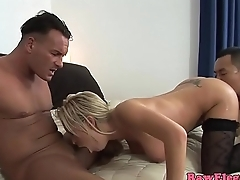 Glamour eurobabe doublepenetrated in threeway