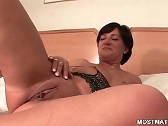 Mature slut drilling cunt with big vibrator